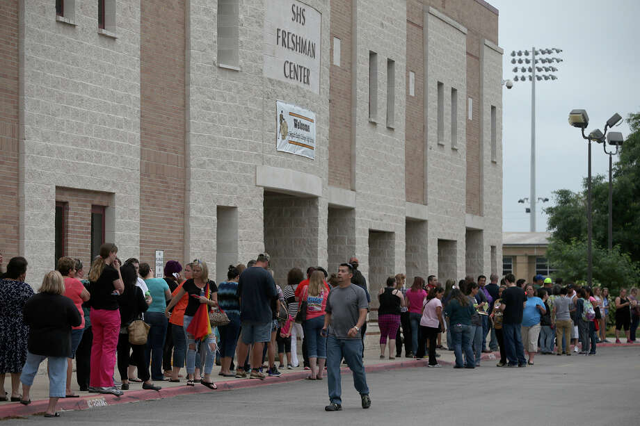 People line up to pick students up after a student alllegedly attempted suicide Friday April 17, 2015 at Seguin High School in Seguin, Texas. Photo: John Davenport, San Antonio Express-News / ©San Antonio Express-News/John Davenport