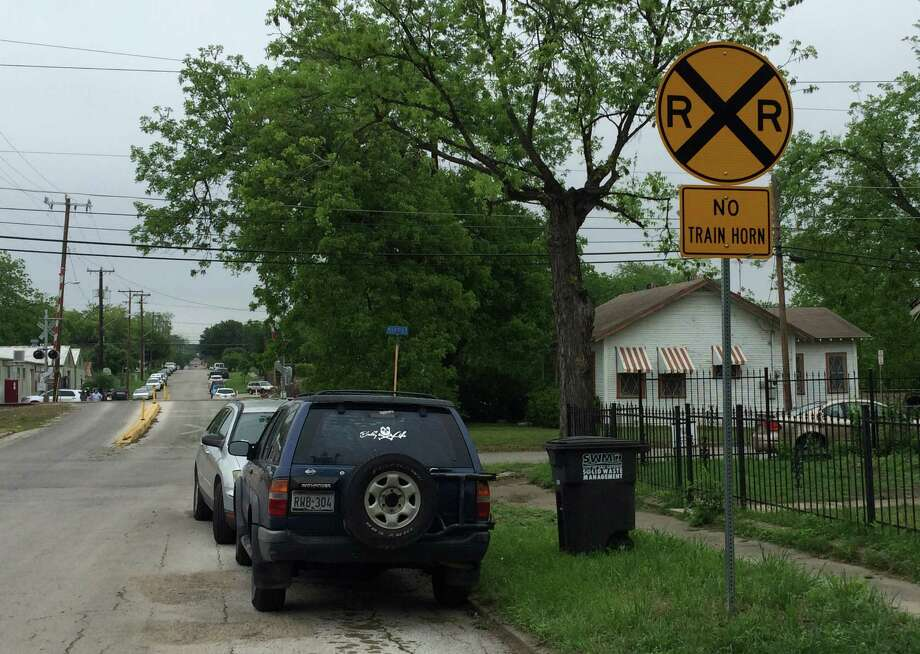 """New signs on West Russell Place were required to make the Alta Vista and Beacon Hill neighborhoods a """"quiet zone"""" for Union Pacific trains. Photo: /Drew Joseph / San Antonio Express-News"""