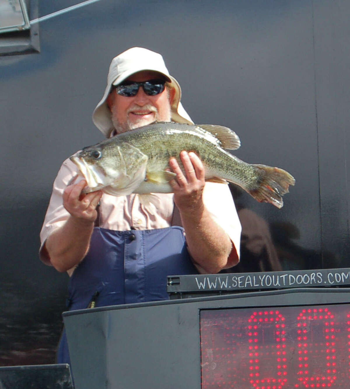 Lubbock, TX angler Ronnie Sharp leads the pack on Day 1 with his 8.72 lb catch