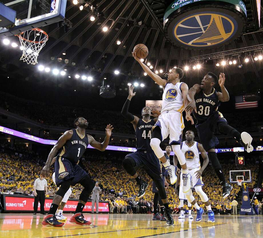 Stephen Curry (30) elevates as he goes to the basket during the second half. The Golden State Warriors played the New Orleans Pelicans in Game 2 of the 1st Round of NBA Western Conference Playoffs at Oracle Arena in Oakland, Calif., on Monday, April 20, 2015. Photo: Carlos Avila Gonzalez, The Chronicle