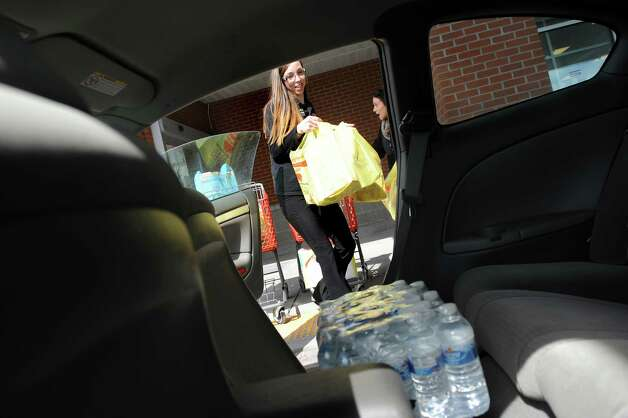 Lindsey Bell, shop from home lead clerk, center, loads groceries into a customer's car on Tuesday, March 24, 2015, at ShopRite in Slingerlands, N.Y.  (Cindy Schultz / Times Union) Photo: Cindy Schultz/518Life / 00031128A