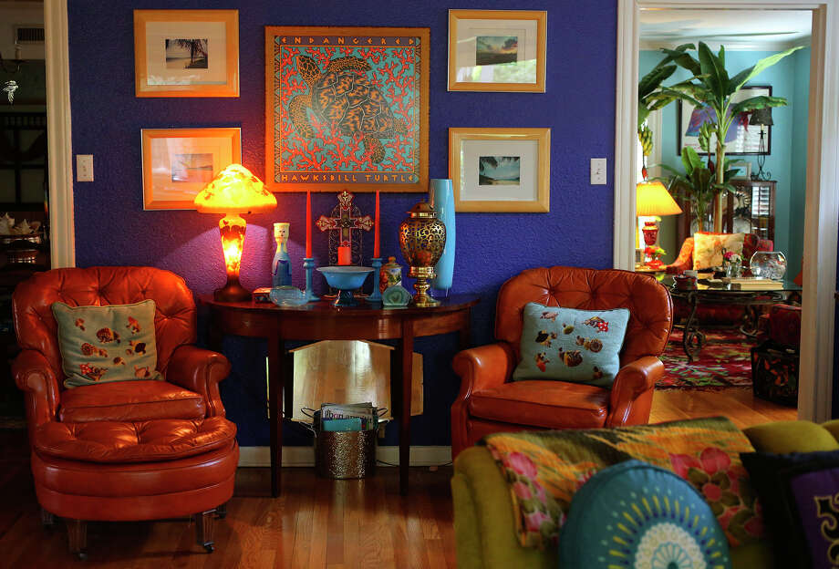Vibrant colors and eclectic accessories are characteristic features in the Olmos Park home of Lesley and John Neyland. Photo: John Davenport /San Antonio Express-News / ©San Antonio Express-News/John Davenport
