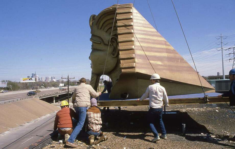 March 6, 1984: Workmen raise a fiberglass Egyptian head to the top of the Magic Island. (Note the harsh concrete walls of I-59 at the time.) Photo: John Everett, © Houston Chronicle / Houston Chronicle