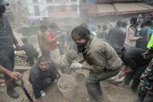 Death toll soars in wake of Nepal's devastating earthquake - Photo