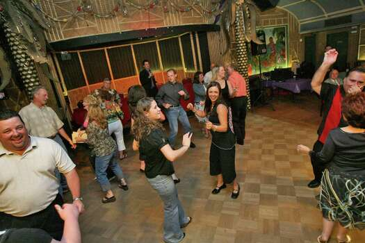 Aug. 26, 2006: Patrons and cast members alike dance throughout the evening during The Soapranos dinner show. Photo: Bill Olive, FOR THE CHRONICLE / FREELANCE