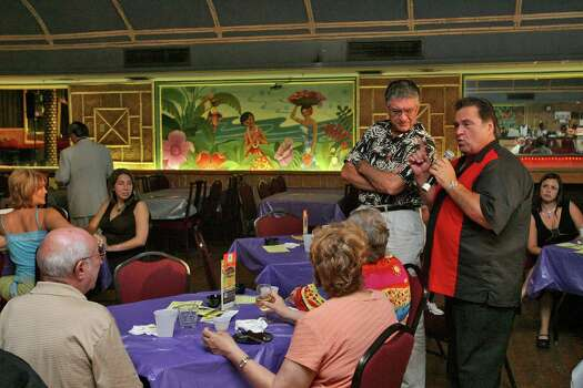 Aug. 26, 2006: Cast member Michael Marlowe (standing at right) interacts with the crowd during The Soapranos dinner show. Photo: Bill Olive, FOR THE CHRONICLE / FREELANCE