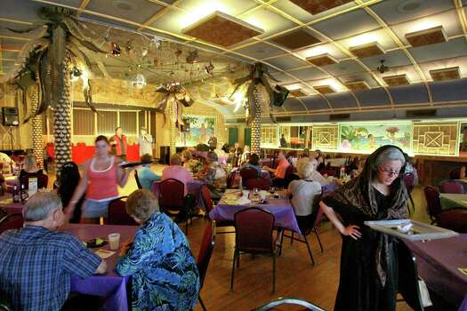 Aug. 26, 2006: Patrons enjoy a home cooked Italian meal during The Soapranos dinner show. Photo: Bill Olive, FOR THE CHRONICLE / FREELANCE