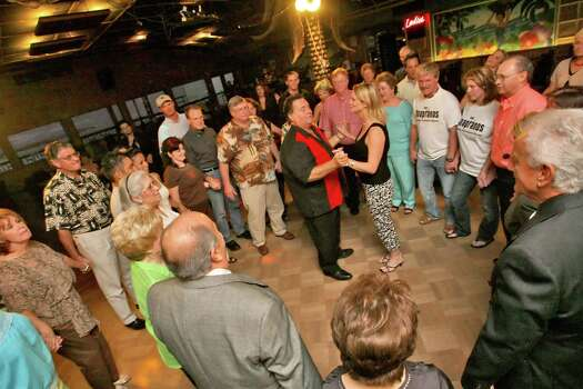 Aug. 26, 2006: Patrons and cast members alike dance the tarantella during The Soapranos dinner show. Photo: Bill Olive, FOR THE CHRONICLE / FREELANCE