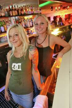Aug. 26, 2006: From left to right, bartenders Cynnara Wodecki and Laura Madoux pour the drinks in the Casino Bar in The Balinese Room. Photo: Bill Olive, FOR THE CHRONICLE / FREELANCE