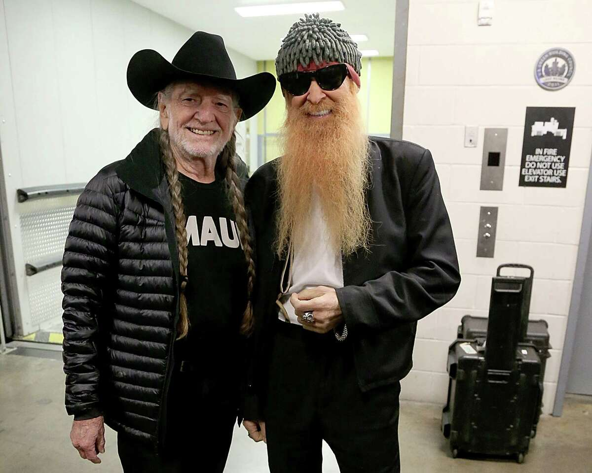 PHOTOS: Pictures of Willie Nelson with all his famous friends Willie is a popular guy and his easygoing demeanor blends just as well with Billy Gibbons (from ZZ Top, pictured) as it does with politicians and Hollywood stars like Zooey Deschanel.   Click through to see all the people who have crossed paths with the Red Headed Stranger....
