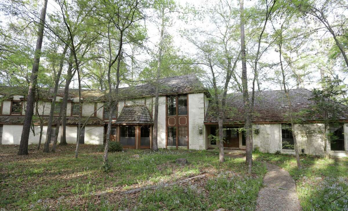 A house at 2014 S. Wildwind Circle in The Woodlands that was left to deteriorate over years is shown Wednesday, March 25, 2015. ( Melissa Phillip / Houston Chronicle )