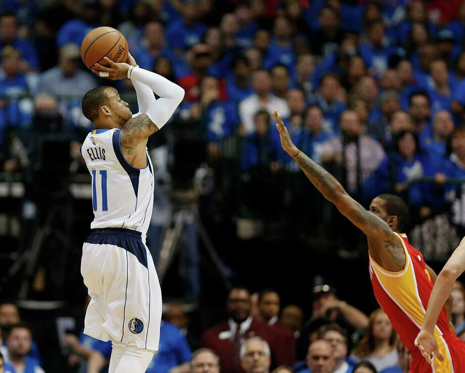 Lax defense by Trevor Ariza, right, and other Rockets on Mavericks guard Monta Ellis was a problem Sunday night as Ellis scored 31 points. Photo: James Nielsen, Staff / © 2015  Houston Chronicle