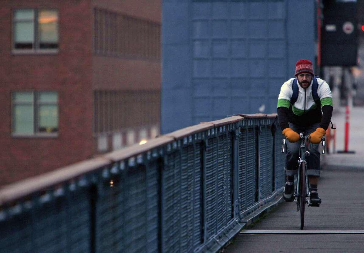 A bike commuter crosses the Fremont bridge on Dec. 17, 2007. Photo by Mike Kane, Seattle Post-Intelligencer.