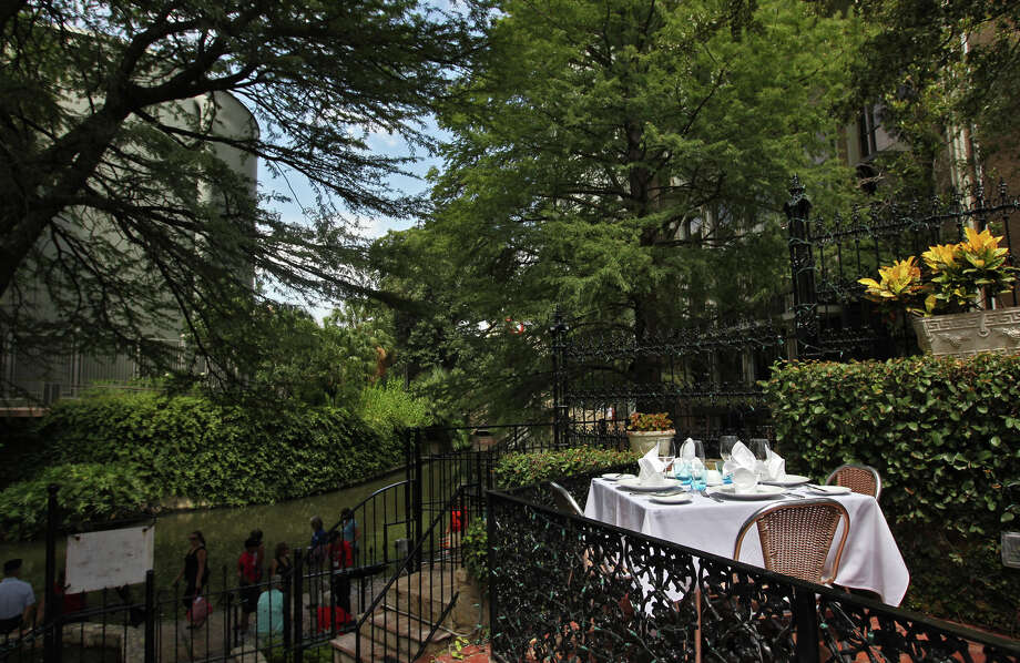 Outdoor seating at the Fig Tree Photo: Kin Man Hui /San Antonio Express-News / © 2012 SAN ANTONIO EXPRESS-NEWS