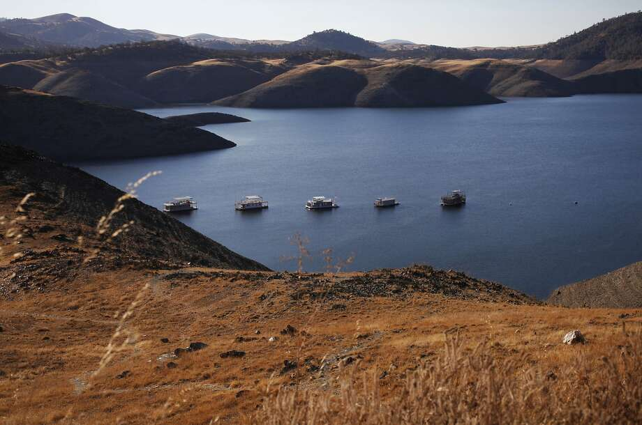 Houseboats that had to be moved from a different area of the lake because it was too shallow float in the low waters of Lake McClure Sept 29, 2014 in Snelling, Calif. Photo: Photographer: Leah Millis