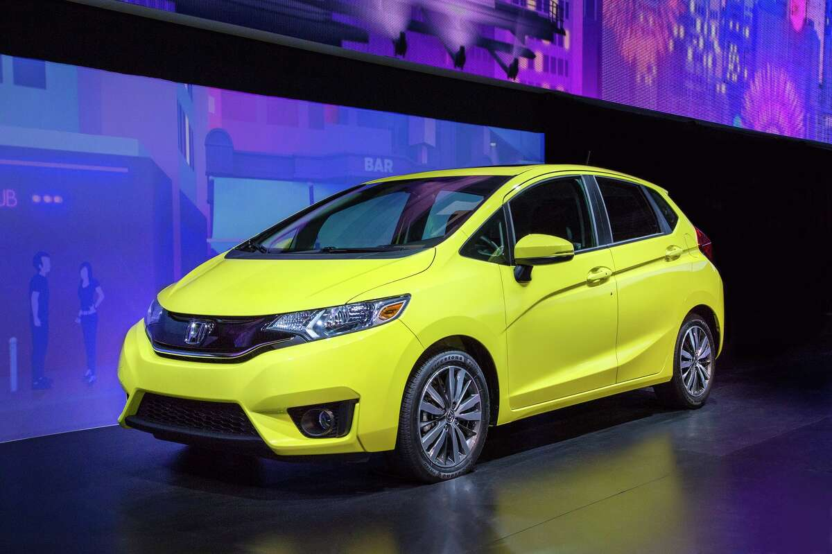 The most fuel efficient cars of 2017 10. Honda Fit MPG:33/40 EPA estimated city/hwy KBB customer rating:8.7 out of 10