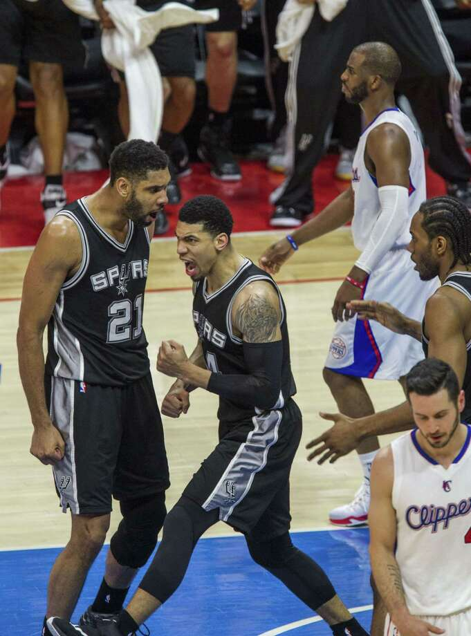 San Antonio Spurs Danny Green (center) celebrates with his teammate Tim Duncan (left) during their first round NBA playoff game against San Antonio Spurs at Staples Center in Los Angeles, California on May 2, 2015. Photo: Ringo Chiu /Getty Images / AFP PHOTO / Ringo Chiu