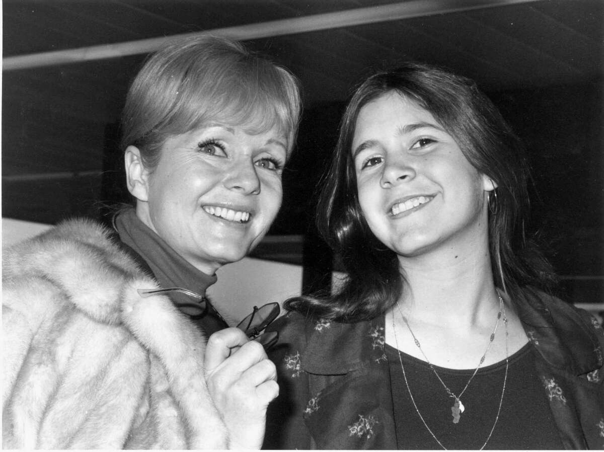 Who is the actress on the right? It's Carrie Fisher, with her mom, actress Debbie Reynolds, on February 12, 1972.