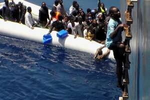 Video shows migrant rescue of deflating dinghy - Photo
