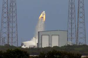 SpaceX escape capsule for astronauts makes 1st test flight - Photo