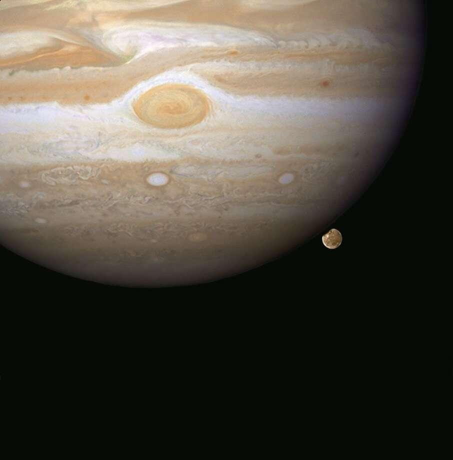 Jupiter and its moon Ganymede. Photo: NASA, ESA, And E. Karkoschka (University Of Arizona) / NASA, ESA, And E. Karkoschka (University Of Arizona)