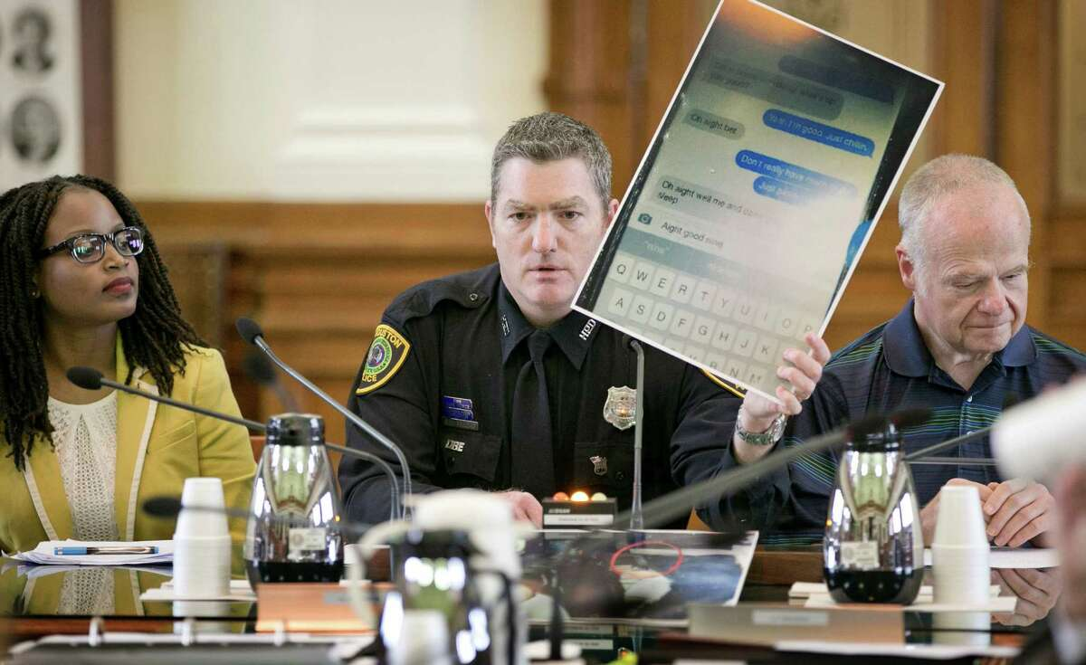 Houston police officer Don Egdorf shows a cell phone screen shot while testifying at a Senate Affairs Committee hearing in Austin on May 7 about a bill that would ban texting while driving. Egdorf said it was a screen shot of a telephone that was found in a single-car fatal accident in Houston.