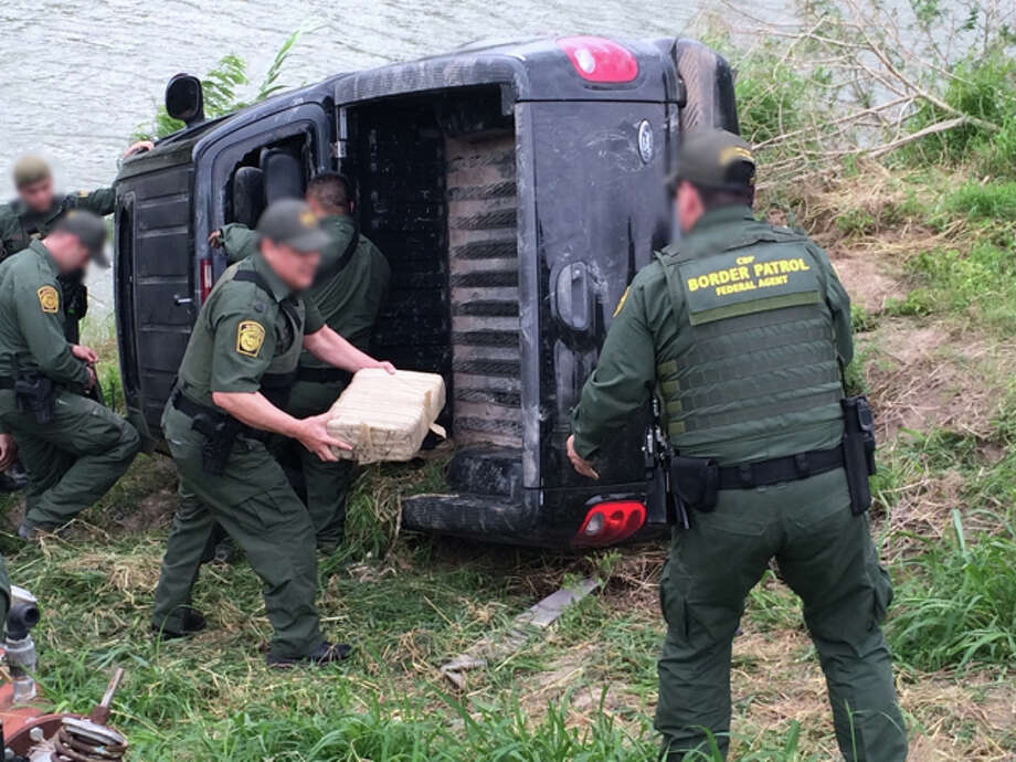 U.S. Border Patrol agents seize bundles of marijuana from an overturned truck on the Rio Grande near McAllen on April 6, 2015. Photo: U.S. Border Patrol