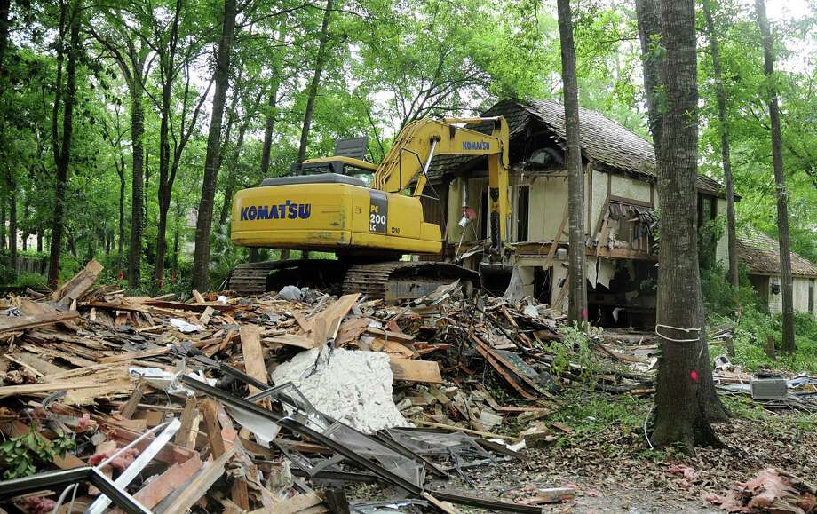 Demolition started Thursday on an abounded house at 2610 S. Wildwind Circle in The Woodlands that had been in disrepair for years. Photo: David Hopper, Freelance / freelance