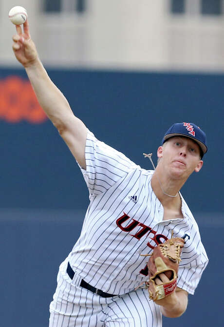UTSA's Brock Hartson pitches against Middle Tennessee State on May 8, 2015 at Roadrunner Field on the UTSA campus. Photo: Edward A. Ornelas /San Antonio Express-News / © 2015 San Antonio Express-News