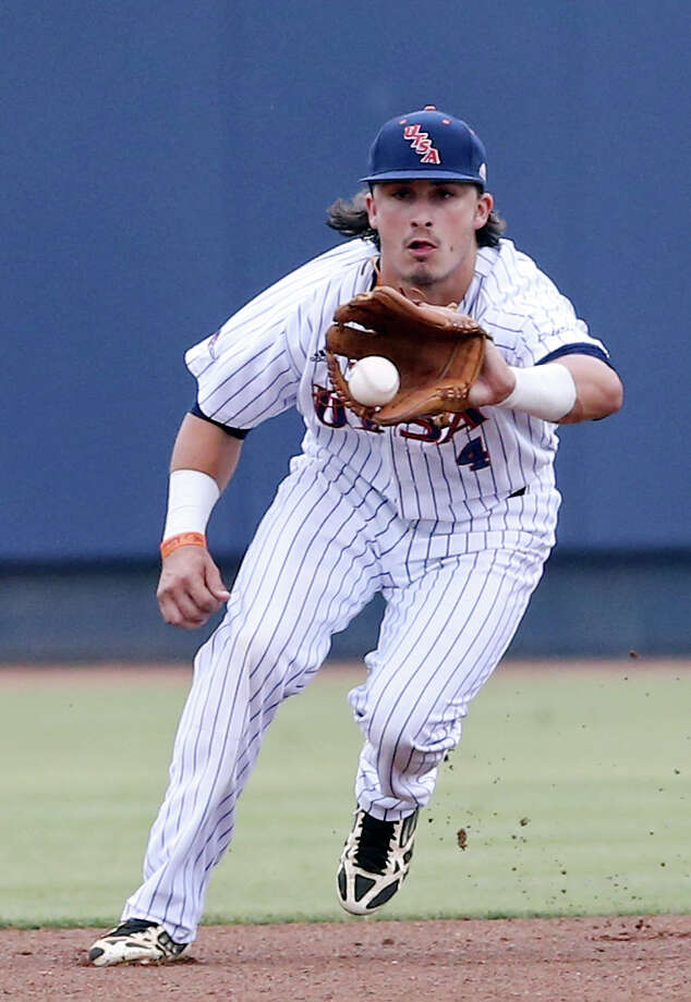 UTSA's Jesse Baker fields a ball hit by Middle Tennessee State University's Brad Jarreau Friday May 8, 2015 at Roadrunner Field on the UTSA campus. Jarreau was out at first. Photo: Edward A. Ornelas, Staff / San Antonio Express-News / © 2015 San Antonio Express-News