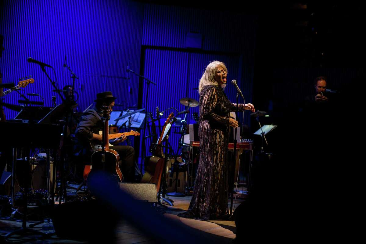 Patti Austin sang