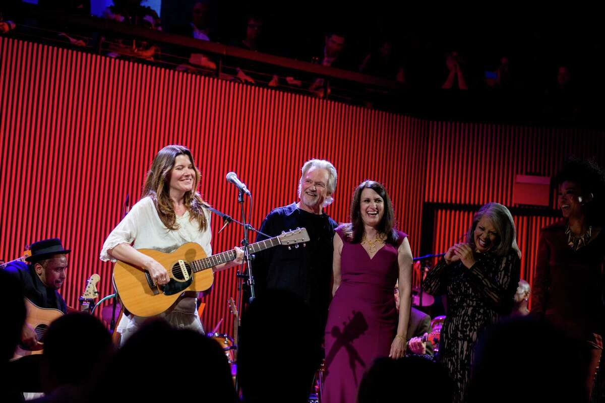 Kris Kristofferson (center) joined Lauire Antonioli (right), Patti Austin (far right) and Kelly Jones (left) for a group tribute performance to Joni Mitchell during the SFJazz gala in San Francisco, Calif., May 8, 2015.