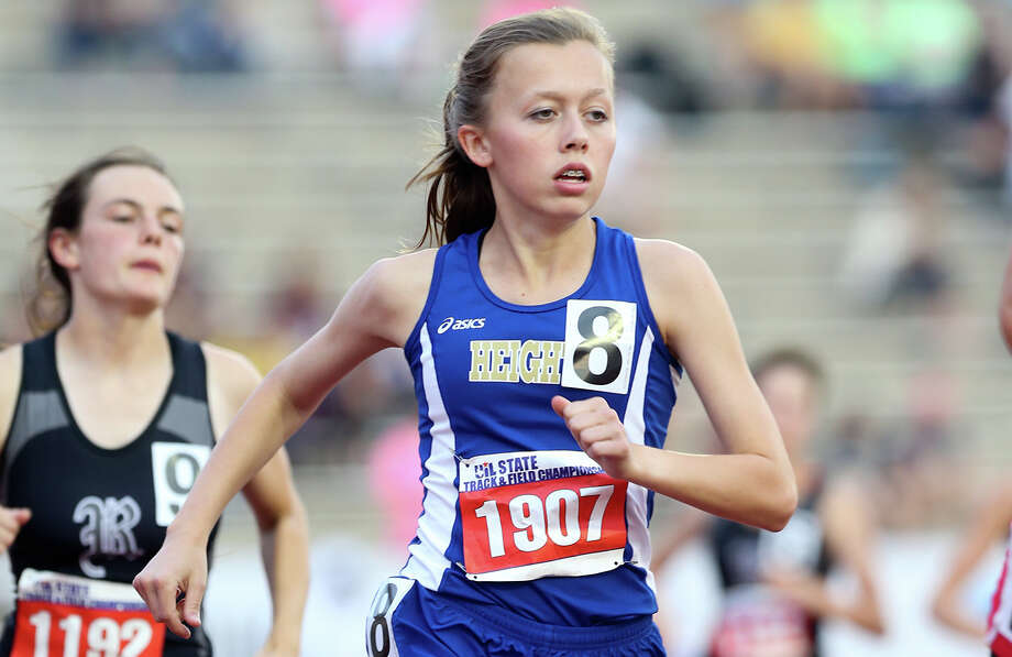 Alamo Heights' Abby Gray runs in the Class 5A 3,200 meters at Myers Stadium in Austin. She won in 10 minutes, 44.59 seconds. Photo: Marvin Pfeiffer / San Antonio Express-News / Express-News 2015