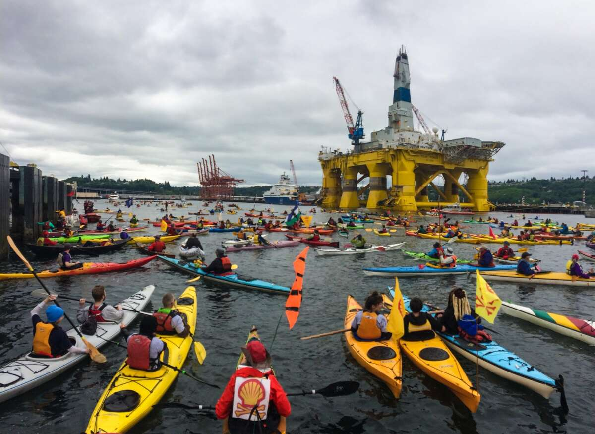 Protesters in floating craft surround the massive Shell Oil drilling rig