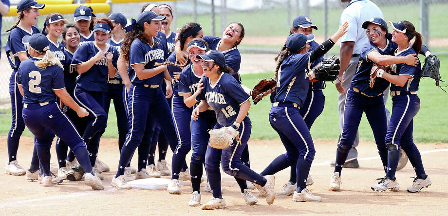 Members of the O'Connor Panthers softball team celebrate their 3-2 win over Corpus Christi Carroll after Game 2 of the Class 6A best-of-3 third-round playoff series on May 16, 2015 at Northside ISD Complex. Photo: Edward A. Ornelas /San Antonio Express-News / © 2015 San Antonio Express-News