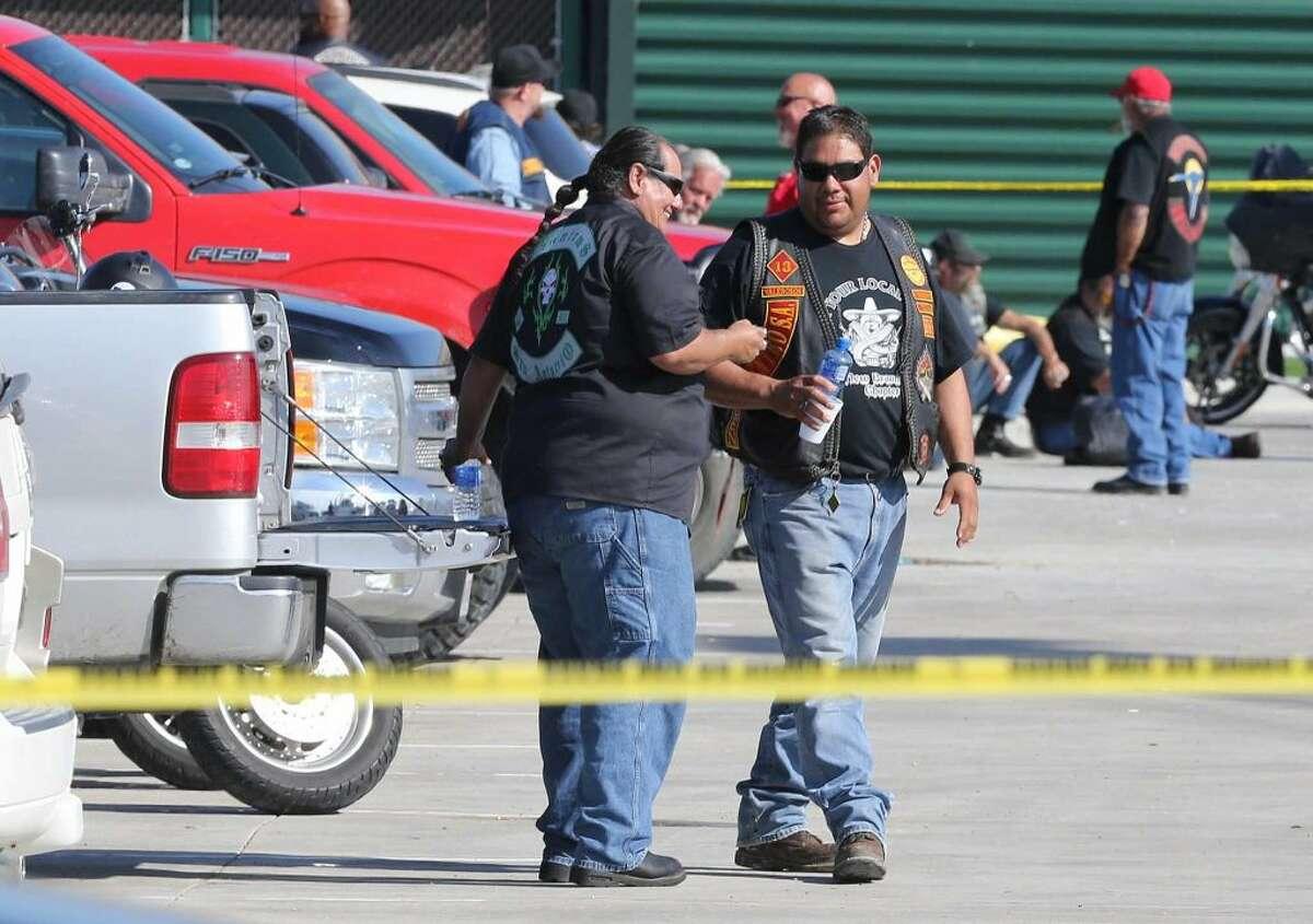 Las fuerzas del orden se desplegaron en el restaurante Twin Peaks de Waco, Texas, donde el domingo 17 de mayo se produjo un tiroteo entre grupos rivales de motoristas en el que resultaron muertas nueve personas.