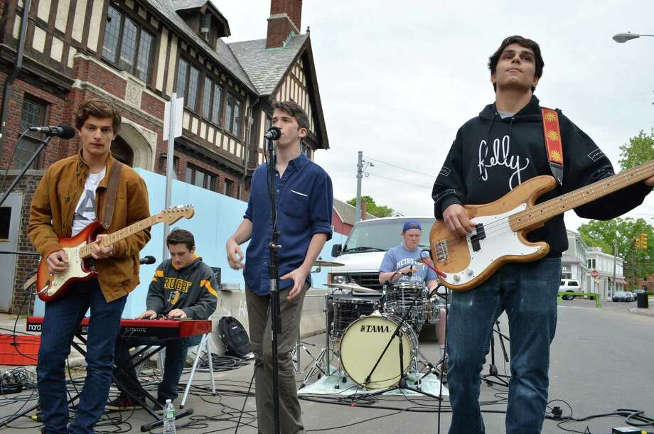 Pampalibros, a Redding-based band, entertained the crowd Thursday at Art About Town. Photo: Jarret Liotta / Westport News