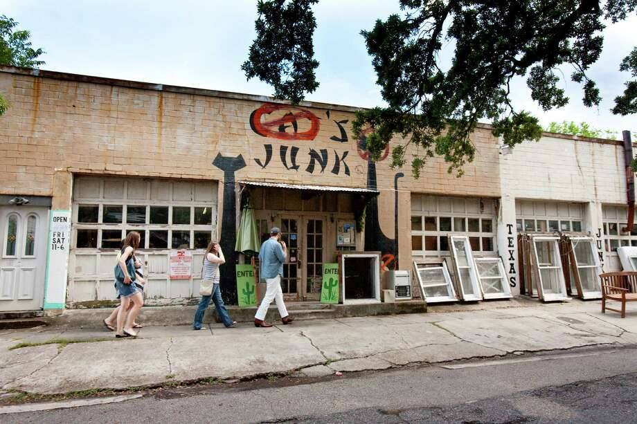 Texas Junk: The run-down building at 215 Welch is now surrounded by expensive townhouses. Photo: Julie Soefer / GHCVB