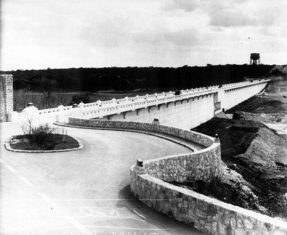 The road across Olmos Dam was a scenic overlook connecting Alamo Heights with communities across the Olmos Basin. Photo: Courtesy Photo /UTSA Special Collections / UTSA Special Collections