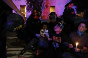 Oakland protesters defy mayor by marching at night without permit - Photo