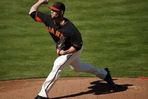 Giants' Strickland gets his World Series ring - Photo