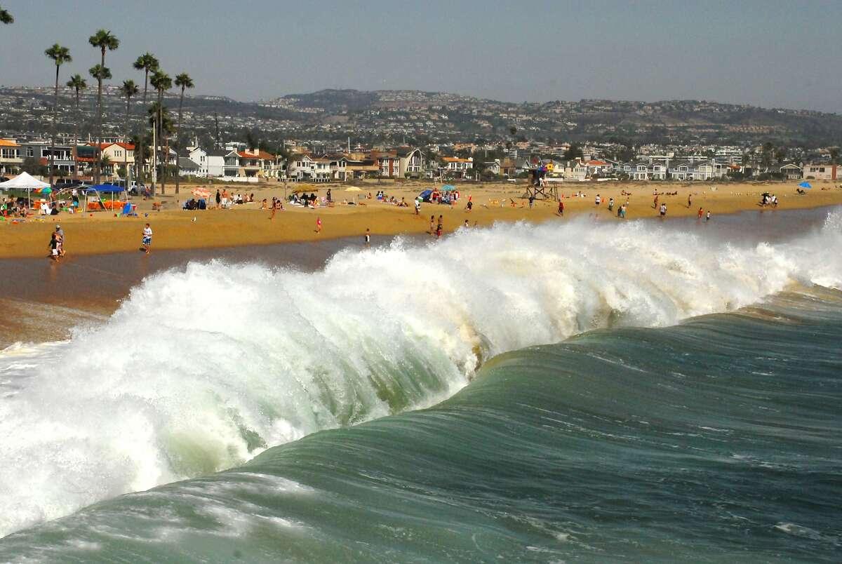 (GERMANY OUT) Hohe Wellen am Pazifischen Ozean bei Newport Beach (Photo by Manfred Segerer/ullstein bild via Getty Images)