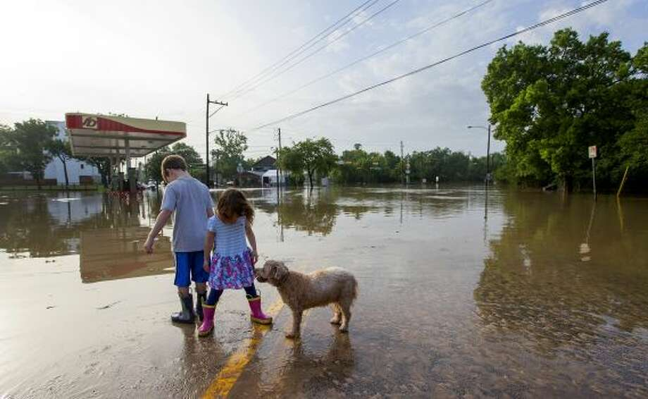 This week's catastrophic storms dumped over 162 billion gallons of water on the Houston area, flooding homes, streets and cars. We wanted to know what that amount of water looks like compared to, say, a running waterfall or a skyscraper. Keep clicking to see what you could do with 162 billion gallons of water. Photo: Cody Duty, Houston Chronicle