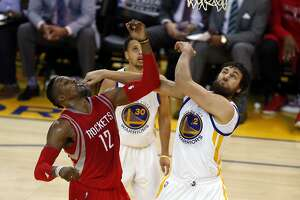 Andrew Bogut says Dwight Howard goes beyond physical play - Photo