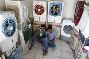 Indians scramble for heat relief, but many still must work - Photo