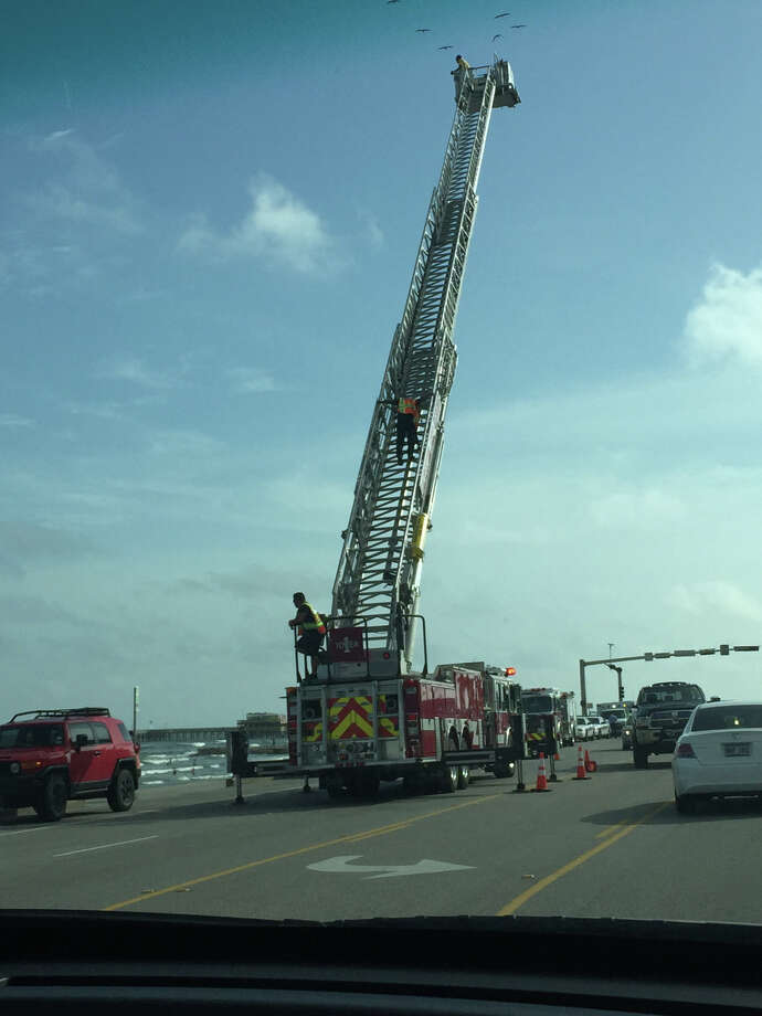Crews search for 12-year-old Samira Carlon in Galveston on Thursday afternoon. Photo: Ally Glenn