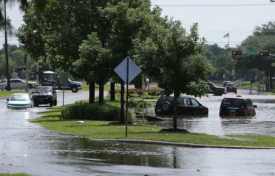 South Braeswood is shown flooded by Brays Bayou, which overflowed its banks and flooded nearby neighborhoods. Photo: Mayra Beltran, Staff / © 2015 Houston Chronicle