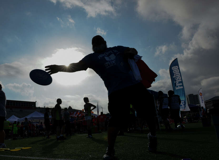 Elroy Helmke tosses a frisbee during the San Antonio Sports Coprporate Cup Saturday morning At Benson Stadium. Photo: Robin Jerstad, Freelance / San Antonio Express-News