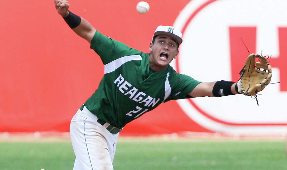 Reagan's Ramon Garza stretches to make a catch to retire the side in the fifth inning in Game 2 of their 6A fourth-round series with Laredo Alexander at Wolff Stadium on June 1, 2015. Photo: Marvin Pfeiffer /San Antonio Express-News / Express-News 2015