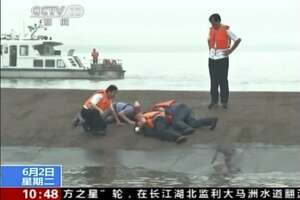 Ship carrying 458 people sinks in China's Yangtze River - Photo
